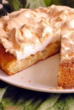 Rhabarber Rezepte, Kuchen Rezepte: Rezept für einen Rhabarberkuchen mit Baiser von herzelieb. Knackige Kruste und weicher Kuchen ist einfach das Beste! #rhabarber #kuchen #baiser