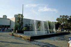 Éste es un museo de la antropología. Está en Mexico City. Los turistas pueden ver los artículos. Muestra la cultura mexicana.