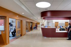 The building design features both centralized and decentralized nurses' stations, which are designed to maximize visibility between nurse and patient and also between nurses at different positions within the unit. Wide corridors form part of the visibility strategy, allowing caregivers to maintain visual connectivity to each other. Photo: Tom Rossiter/Courtesy of RVA.