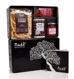 Looking for a beautifully designed food gift box? Wouldn't these Nudo gift boxes be a perfect gift for a foodie? Brand Packaging, Gift Packaging, Design Packaging, Packaging Ideas, Penne, Pasta Casera, Black Gift Boxes, Pretty Packaging, Packaging Design Inspiration
