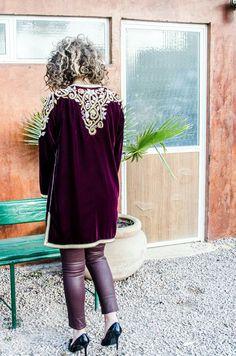 #karakou #modern Morrocan Kaftan, Moroccan Dress, Classy Outfits, Girl Outfits, Tunic Shirt, Embroidery Dress, Couture Dresses, Traditional Dresses, Modern Fashion