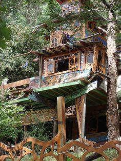 @PinFantasy - tree house - ✯ http://www.pinterest.com/PinFantasy/arq-~-casas-en-%C3%A1rboles-tree-houses/