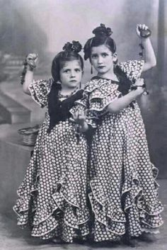 Young Spanish girls in Flamenco dresses. Spanish Dance, Spanish Girls, Spanish Gypsy, Beautiful Costumes, Culture, Dance Pictures, Dance Photography, Portraits, Down Hairstyles