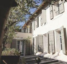 Hôtel de charme sous les Oliviers du Lubéron. Plus de photos sur Côté Maison http://petitlien.fr/84ai