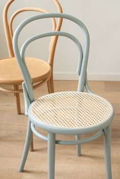 Living - natural simplicity for your home # cozy Furniture Fix, Rattan Furniture, Furniture Makeover, Furniture Design, Old Chairs, Dining Chairs, Cozy Chair, Painted Wicker, Bent Wood