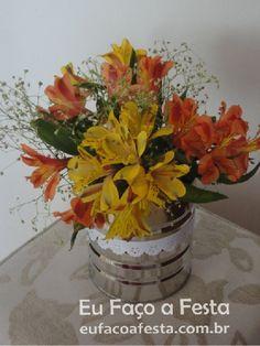 Olha que belo arranjo de flores! Esse vaso, lhe é familiar? Saiba como reciclar e fazer arranjos florais com garrafas e latas recicladas! #flores #arranjos #decoracao #latasrecicladas