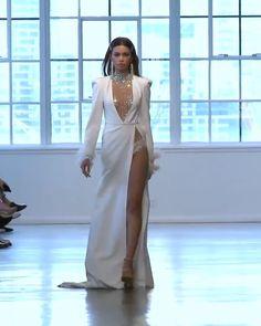 Este modelo de vestido é lindíssimo, o tecido divino e o movimento na saia o deixa simplesmente luxuoso. Gosto da abertura das costas, porém fecharia um pouco mais a fenda lateral e a região do colo. Outra coisa, amei o detalhe das mangas. Digno de uma rainha.