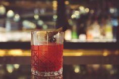 Le Lips par Paolo Calvera  .Dans un verre à mélange verser 5 cl de Pisco, 3 cl de Campari, 2 cl de solution tomate cerise, 3 traits de Peychaud bitter .Mélanger avec beaucoup des glaçons .Servir dans un verre type Old fashioned .Décorer avec un bâton de cannelle  #nolinskiparis #cocktailsdunolinski #grandsalon #evokhotelscollection