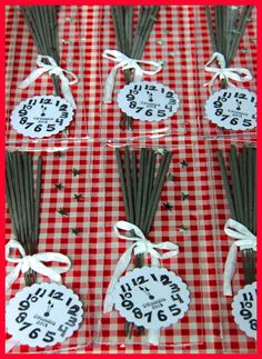 Inspiration New Year's Eve party favour: sparkers + ribbon bow + star confetti + clock stamp. Christmas Mood, Little Christmas, Christmas And New Year, Christmas Crafts, New Year's Crafts, Diy Crafts, New Years Eve Traditions, Diy Presents, New Years Eve Party