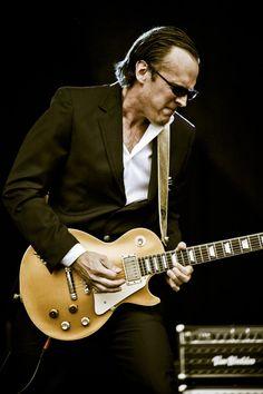 Joe Bonamassa with gold Les Paul Joe Bonamassa, Music Guitar, Cool Guitar, Blues Artists, Music Artists, Rock And Roll, Pochette Album, Best Guitarist, New Wave