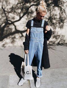 Salopette en jean roulottée sur la cheville + maxi gilet noir + chignon haut blond = le bon mix (photo Mija Flatau)