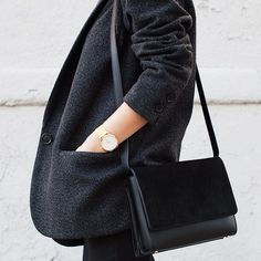Black on black on black- minimal + classic- simple and relaxed Fashion Moda, Look Fashion, Womens Fashion, Minimal Chic, Minimal Fashion, Minimal Classic, Classic Chic, Chic Minimalista, Business Outfit Frau