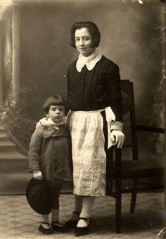 A l'edat de 5 anys, amb una minyona.