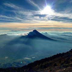 Amanecer, vista del volcán de agua, desde el volcán Acatenango - foto por Holker Santiago