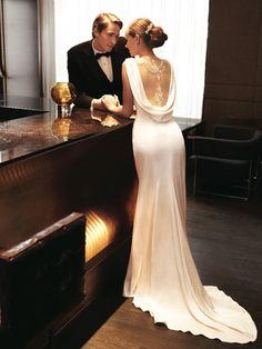 サラリとした着こなしが素敵♡エレガントな花嫁ドレスはストレートラインで決まり♡にて紹介している画像
