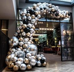Hotel Christmas Decoration: How to make your property stand out during the Holiday Season Balloon Bouquet, Balloon Arch, Balloon Garland, Balloon Decorations, Birthday Party Decorations, Party Themes, Wedding Decorations, Christmas Decorations, Birthday Parties
