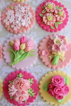 See more about fondant cupcakes, fondant cupcake toppers and fondant flowers. Fondant Cupcake Toppers, Cookies Fondant, Cookies Cupcake, Flower Cookies, Sugar Cookies, Fondant Bow, Tea Cookies, Fondant Tutorial, Fancy Cookies