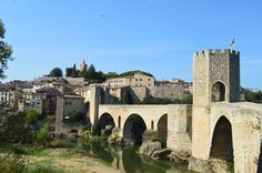 """See 576 photos from 2874 visitors about hidden gem, tours, and performances. """"Besalú a Jewis town - March Every sunday fantastic guided tour. Tower Bridge, Four Square, Notre Dame, Tours, Building, Places, Travel, Viajes, Buildings"""