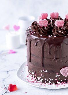Piñata-Torte oder Surprise-Inside-Cake zum Valentinstag backen - Emma's Lieblingsstücke Chocolate Naked Cake, Surprise Inside Cake, Pinata Cake, Cookie Pie, Cake Decorating Techniques, Craft, Baked Goods, Sprinkles, Deserts