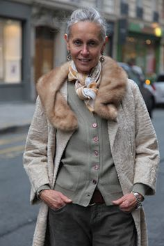 how to dress over 50 - Style It Up Mature Fashion, Older Women Fashion, Over 50 Womens Fashion, Fashion Over 50, 50 Style, Mode Style, Looks Chic, Looks Style, Linda V Wright