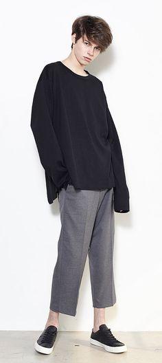 루즈한 스타일의 크롭기장 슬랙스. 편안한 착용감과 감각적인 핏! 모델 186cm / M size 착용