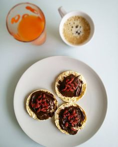Desayuno de viernes! Tortitas de maiz con crema de cacao sabor mandarina de @eiralabs y bayas de goji. Zumo de naranja y zanahoria hecho con la #slowjuicer de #kenwood y café laaargo con chorrito de leche 0%
