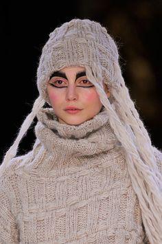 Yohji Yamamoto at Paris Fashion Week Fall 2014 - Details Runway Photos Yohji Yamamoto, Japanese Fashion Designers, How To Purl Knit, Knit Fashion, Winter Accessories, Lounge Wear, Knitted Hats, Knitwear, Paris Fashion
