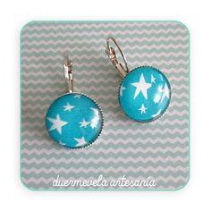 Pendientes motivo Estrellas blancas sobre azul Base plateada con cabuchón de cristal de 18x18mm