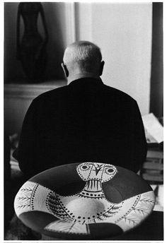 Pablo Picasso de dos et céramique chouette au premier plan, 1957, Villa La Californie, Cannes.