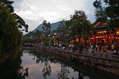 Al norte de Yunnan se encuentra Lijiang, una ciudad que como tantas, cuenta con ocho siglos de historia, pero con la buena fortuna de que esa historia está bastante intacta en sus calles y belleza. Famoso por su sistemas de canales, su aspecto, historia y cultura están ligadas a los descendientes del pueblo Naxi. Foto de Tom Thai