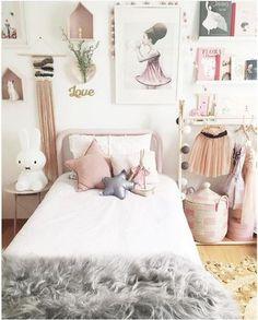 もちろんベッドの上にも。淡い色で女の子らしいお部屋の出来上がりです。