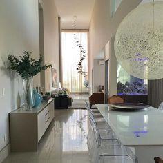 A dupla de arquitetos Ana Márcia [@aanammarcia] e Geraldo Lustosa [@geraldo_lustosa] definiu de forma primorosa a decoração desse projeto. Destaque para a luminária Random, da Moooi. Resultado incrível! #moooi #design #decor