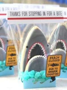Shark Cookies A cookie favour with blue jellybeans for the water cleverly wrapped with cute sign. Cookie Tutorials, Cake Decorating Tutorials, Cookie Decorating, Shark Birthday Cakes, 6th Birthday Parties, Birthday Ideas, Kid Parties, Birthday Cookies, Shark Cookies