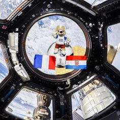 La #CoupeduMonde #FIFA2018 s'invite dans #espace  dans l'ISS.  https://ift.tt/2NnfRWo  Photo d'Oleg Artemyev