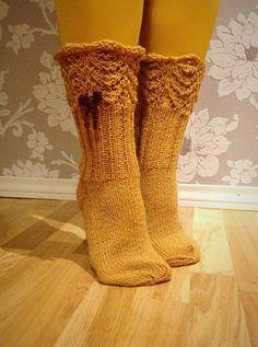 Hirveä neulomisvimma iski. Parasta ensiapua tarjosi pieni sukkaprojekti. Koska käytän tosi paljon maihareita, halusin sukkiin pitsireuna...