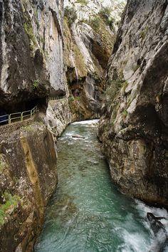Ruta del Cares entre Caín y Poncebos. Río que une León y Asturias