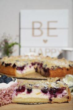 Wer hat Beerenhunger? Süß, fruchtig und cremig...besser geht es doch eigentlich gar nicht! Diese Heidelbeer-Käsekuchen mit Streuseln macht das Leben definitiv ein Stückchen schöner. Also ran an den Mixer! #Annibackt #Blueberrycheesecake #heidelbeeren #käsekuchen #streuselkuchen Cupcakes, Eat Cake, Waffles, Breakfast, Mixer, Happy, Food, Yummy Cakes, Bakken