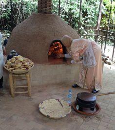 maroc une femme devant le four pain traditionnel. Black Bedroom Furniture Sets. Home Design Ideas