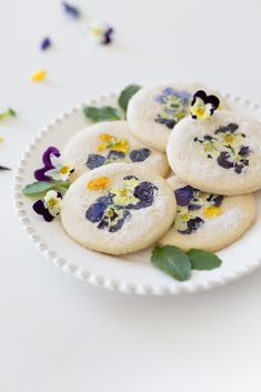 how to make pansy sugar cookies Summer Cookies, Easter Cookies, Birthday Cookies, Valentine Cookies, Christmas Cookies, Flower Sugar Cookies, Cookie Bouquet, Flower Food, Edible Flowers