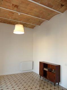 Reforma integral de un piso antiguo en #Barcelona manteniendo los pavimentos y techos abovedados originales. #diseñodeinteriores #reformaintegral | por Accesiblereformas.com