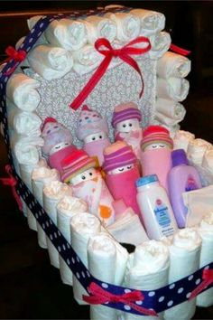 28 Affordable & Cheap Baby Shower Gift Ideas For Those on a Budget Baby shower gifts for mom – unique baby shower gift ideas like this baby bassinet gift basket made out of diapers – clever DIY diaper cake alternative - Newborn Diaper Change Cheap Baby Shower Gifts, Budget Baby Shower, Baby Shower Gift Basket, Diy Diapers, Baby Shower Diapers, Diy Diaper Cake, Diaper Cake Basket, Baby Bassinet, Baby Kind