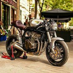 Suzuki Cafe Racer, Suzuki Motorcycle, Cafe Racer Bikes, Cafe Racer Motorcycle, Custom Street Bikes, Custom Bikes, Custom Cars, Estilo Cafe Racer, Cafe Racing