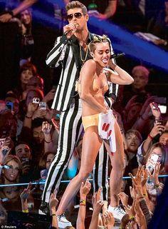 De 'foam finger' waar zo'n gedoe over is voor het optreden van Miley Cyrus en Robin Thicke op de MTV Video Music Awards. De bedenker van het ding, dat vooral bij sportwedstrijden opduikt, is geschokt.