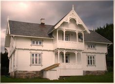Old scandinavian houses have a soul. Sveitservilla (Suisse villa) from Tangen i Hedmark, Norway - (Foto: Gamletrehus. Beautiful Norway, Beautiful Dream, Beautiful Homes, Norwegian House, Hotel Inn, Home Exterior Makeover, Small Buildings, Scandinavian Home, Little Houses