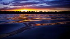 Pôr-do-sol líquido. Lippajarvi, Espoo, Finlândia. Fotografia: Christophe Brutel no Flickr.