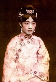 Empress Wan Jung (also known as Empress Wan Rong, Empress Xiao Ke Min and Empress Elizabeth) has the distinction of being the last Empress of China Asian History, Women In History, Last Emperor Of China, Intelligent Women, Female Dragon, Chinese Clothing, Traditional Fashion, Qing Dynasty, Royals