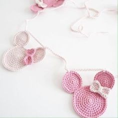 Mickey y Minnie Ranker Crochet Baby Bibs, Crochet Bunting, Crochet Garland, Crochet Decoration, Crochet For Kids, Diy Crochet, Crochet Crafts, Hand Crochet, Crochet Toys