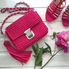 Вот она моя яркая и сочная красавица цвета фуксия  Ну, а замочек выше всяких похвал тяжёленький, массивненький #сумкаизтрикотажнойпряжи #пряжалента #пряжалентаказань #модныевещи #модаказань #моднаясумка #модницыказани #kazan #knitting #iloveknitting #вяжуназаказ #вязаноеколье #вяжутнетолькобабушки #summer #minimiss #кольеручнойработы #кольеизтрикотажнойпряжи #кольеизпряжилента #браслетизтрикотажнойпряжи #браслетручнойработы#вязаныйклатч#рюкзакизтрикотажнойпряжи#вязаныйрюкзак#тюрбанказ... Crochet Backpack, Crochet Clutch, Crochet Handbags, Crochet Purses, Crotchet Bags, Knitted Bags, Kids Purse, Crochet T Shirts, Yarn Bag