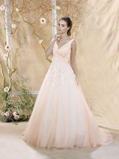 """Die Kollektion """"Miss Paris"""" 2018 richtet sich an extravagante Bräute, die alles andere als in Weiß heiraten wollen. Miss Paris hat wohl die größte Auswahl an farbigen Brautkleidern in Europa und schon so manch eine Braut hat ihr Traumkleid von Miss Paris nach der Hochzeit in ein raffiniertes Abendkleid umschneidern lassen."""