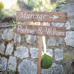Panneau en bois personnalisable aux prénoms de mariés. Panneau en bois à planter, indication mariage. http://www.savethedeco.com/creation-save-the-deco/707-panneau-en-bois-ceremonie.html